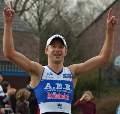 Bart Aernouts wint de zwemloop in Hofstade