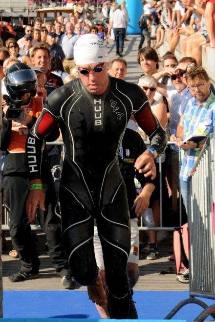 Frederik Van Lierde als vierde uit het water (foto: Mario Vanacker)