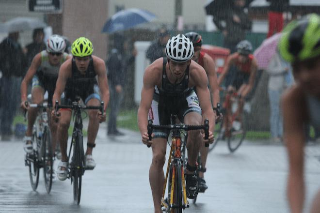 Schitterende strijd bij de Jeugd A in de regen (foto: Katrien Decru)