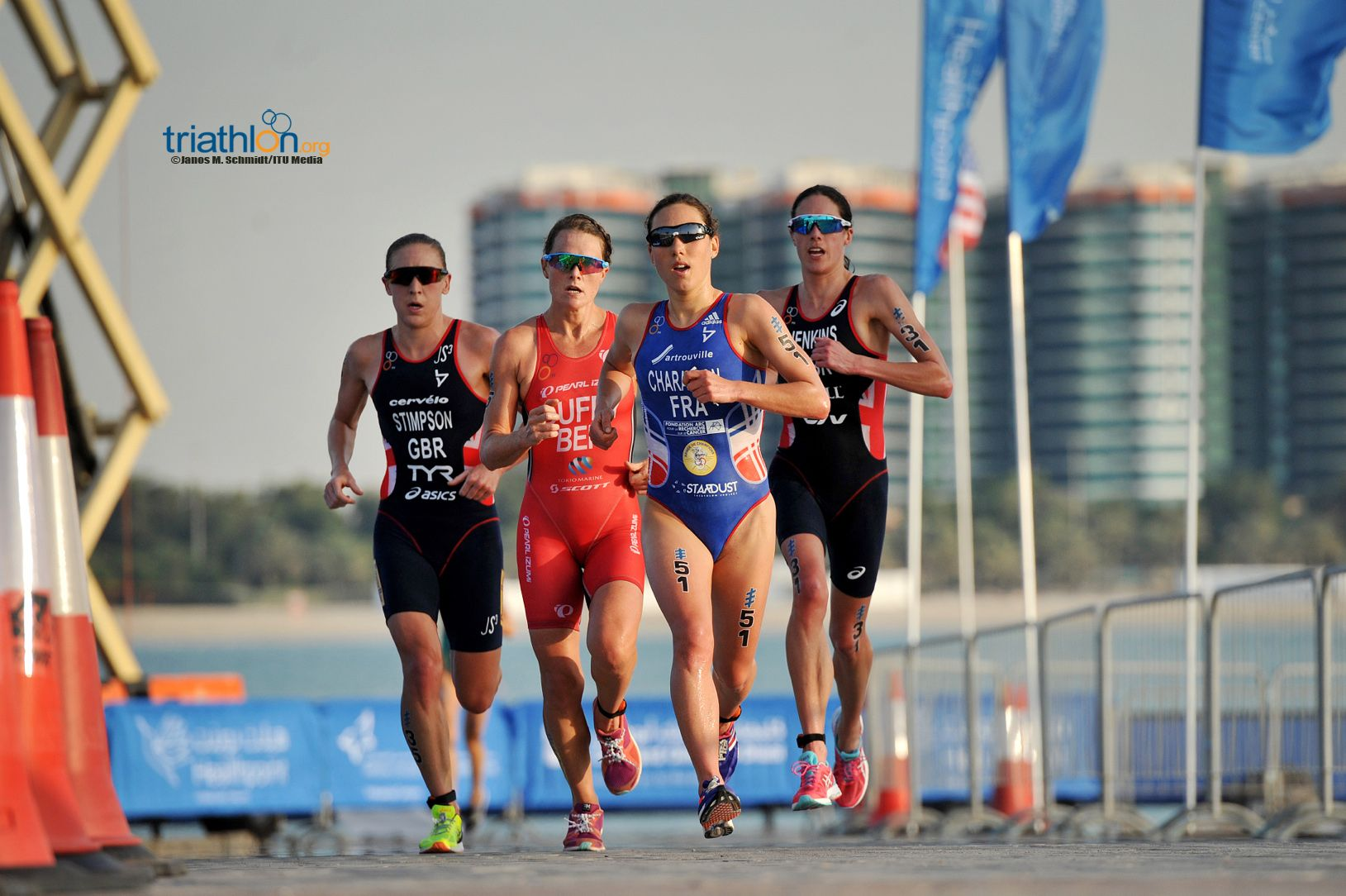 Jodie Stimpson (l) wint in Abu Dhabi (foto: ITU/Janos M. Schmidt)