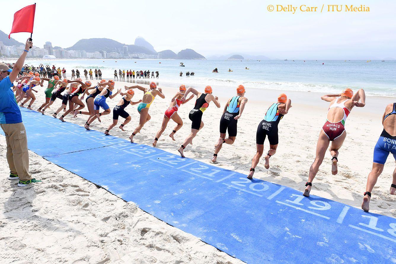 Claire en Katrien bij de start van de olympische triatlon in Rio (foto: ITU/Delly Carr)