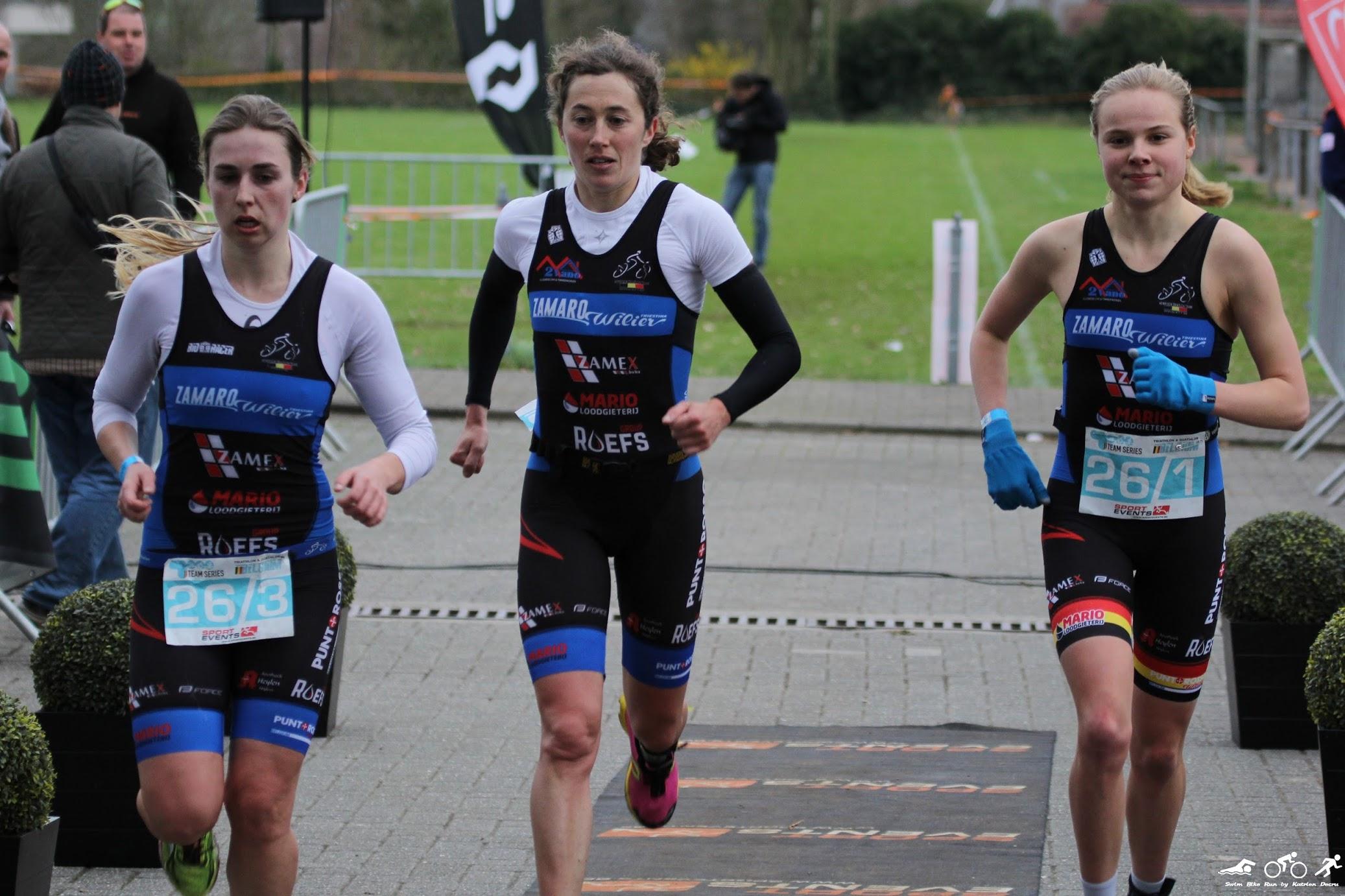Laura Swannet (rechts) combineert wel triatlon en veldlopen (foto: Katrien Decru)