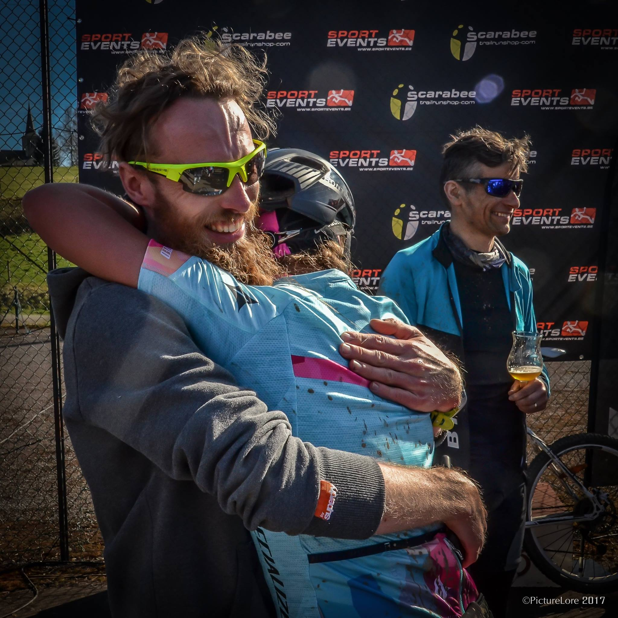 Rebecca die Tom in de armen valt in plaats van andersom (foto: Lore Vanbetsbrugge)