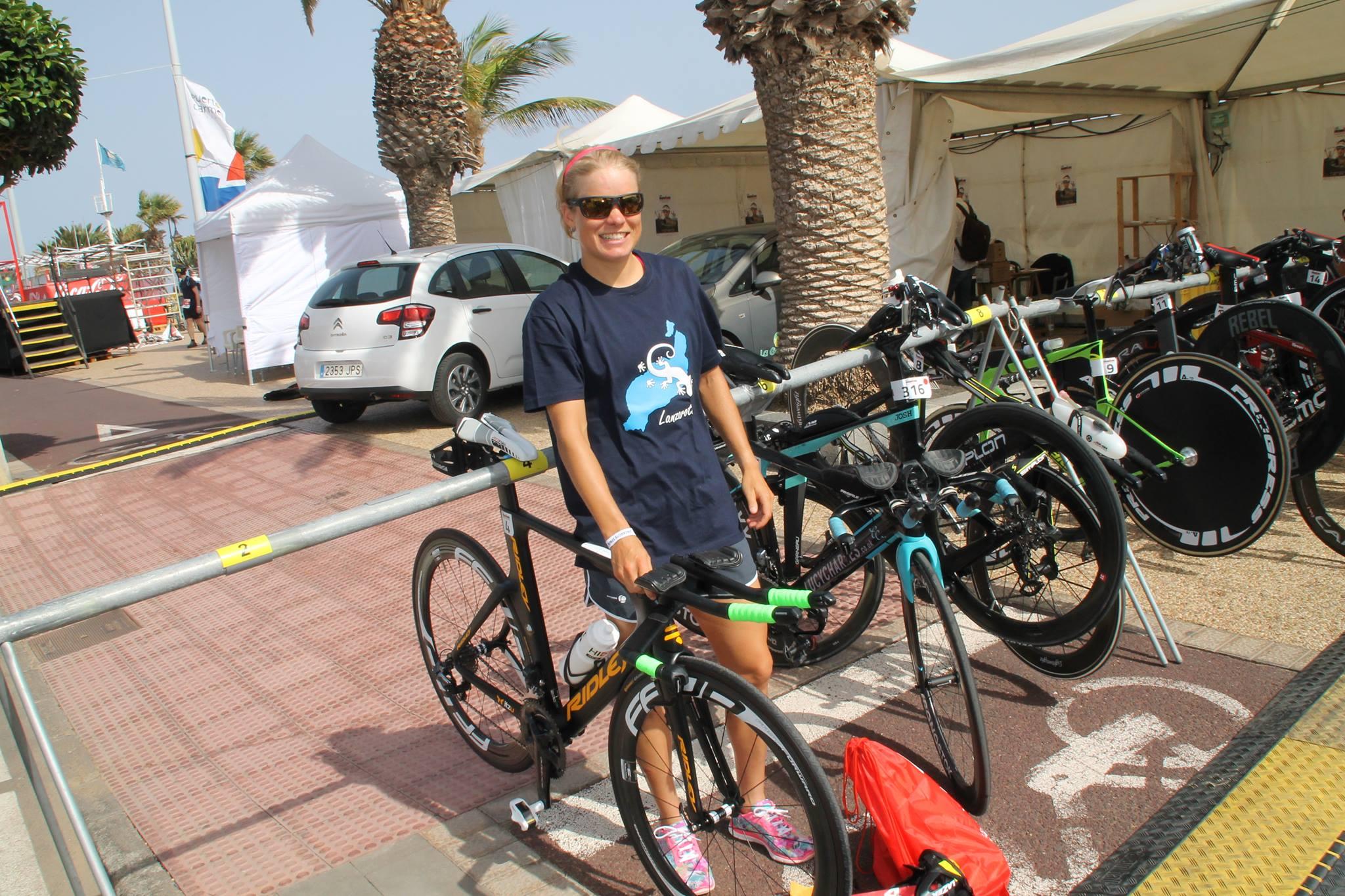 Alexandra Tondeur met de glimlach bij de bike check-in (foto: Joris Sels)