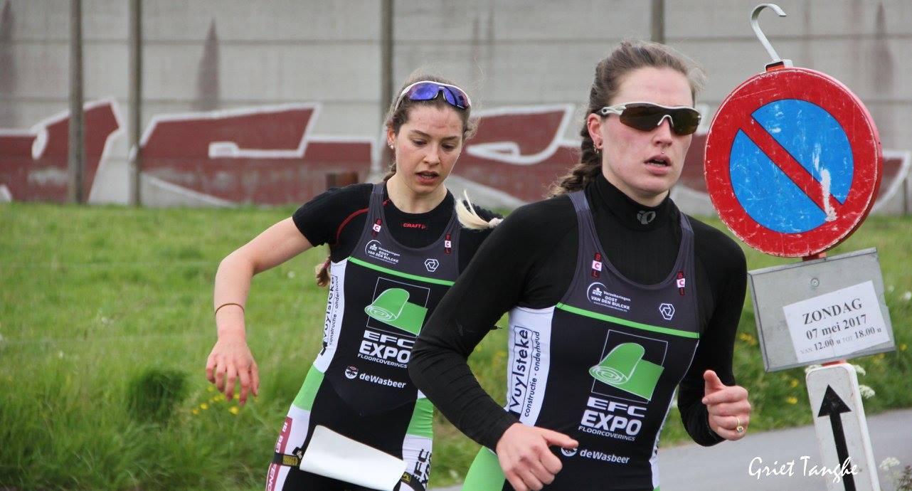 Charlotte Deldaele loopt weg van Ine Couckuyt (foto: Griet Tanghe)