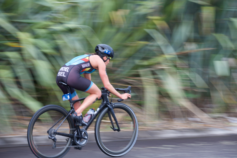 Claire Michel sterk op de fiets in New Plymouth (foto:ITU/ScottieTphoto)