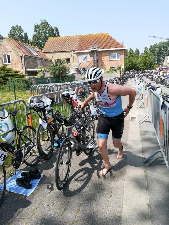 Bart Colpaert leider na het zwemmen (foto: 3athlon.be/Johan Tack)