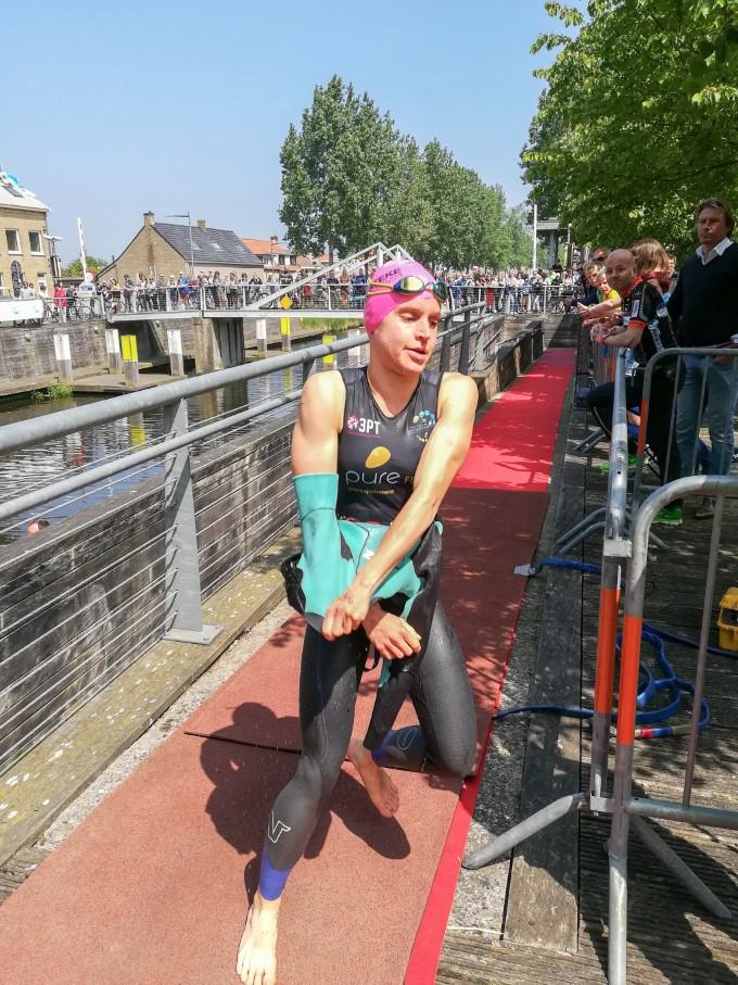 Katrien Maes als leidster naar T1 (foto: 3athlon.be/Johan Tack)