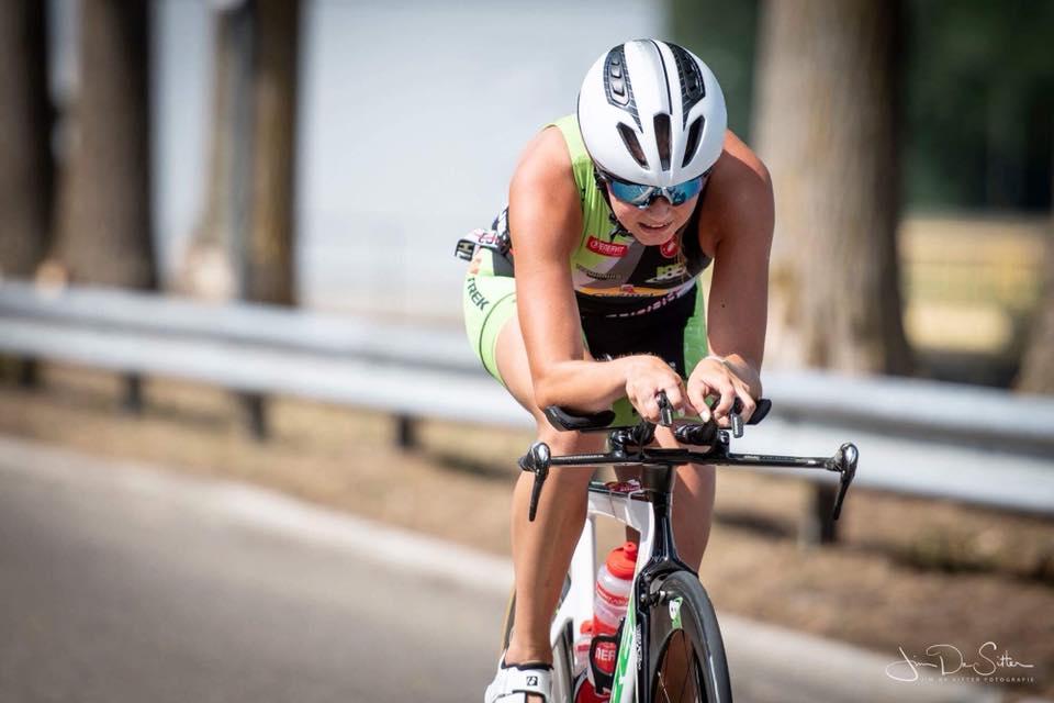 Hanne De Vet fietst weg van de concurrentie (foto: Jim De Sitter)