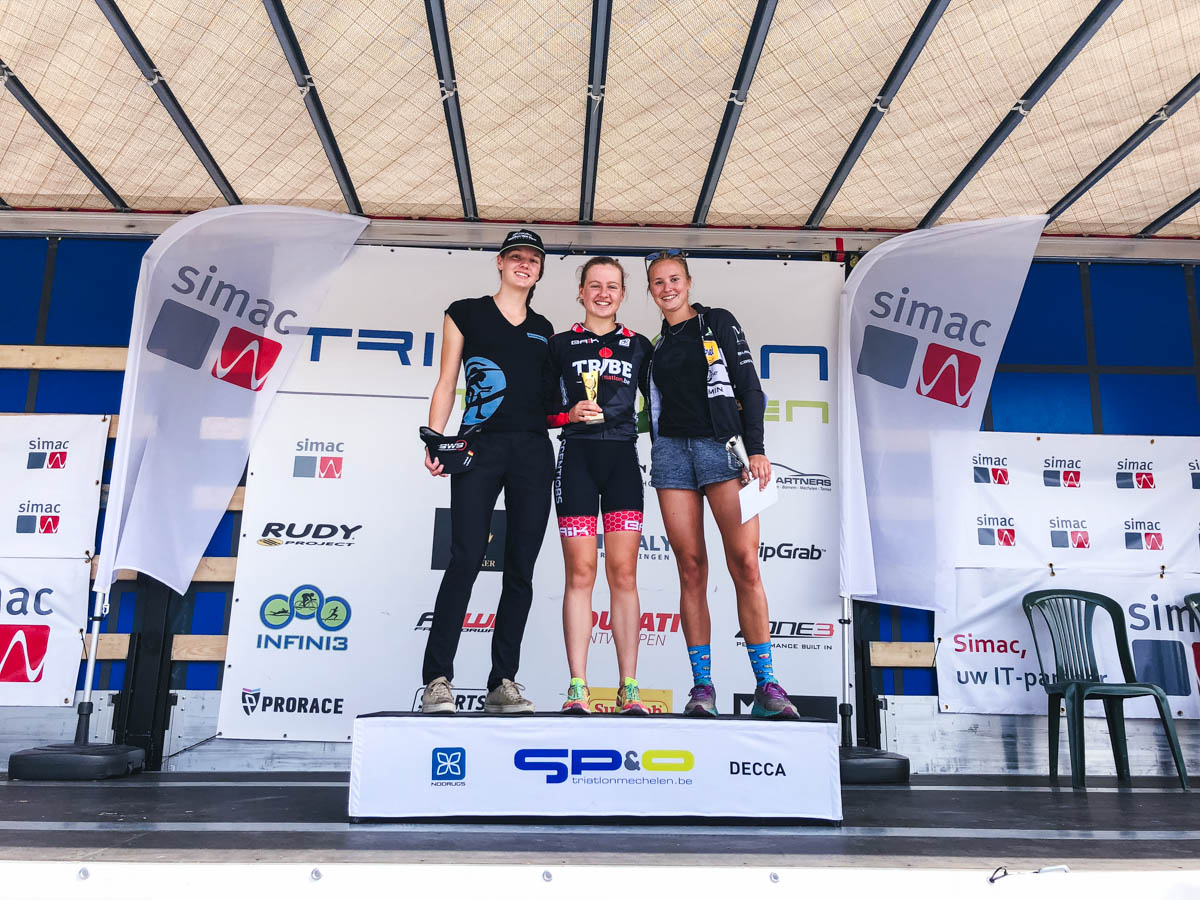 Het podium van de sprinttriatlon in Mechelen met Jolien Vermeylen toen al de eerste keer in de prijzen (foto: Hanne Peeters)