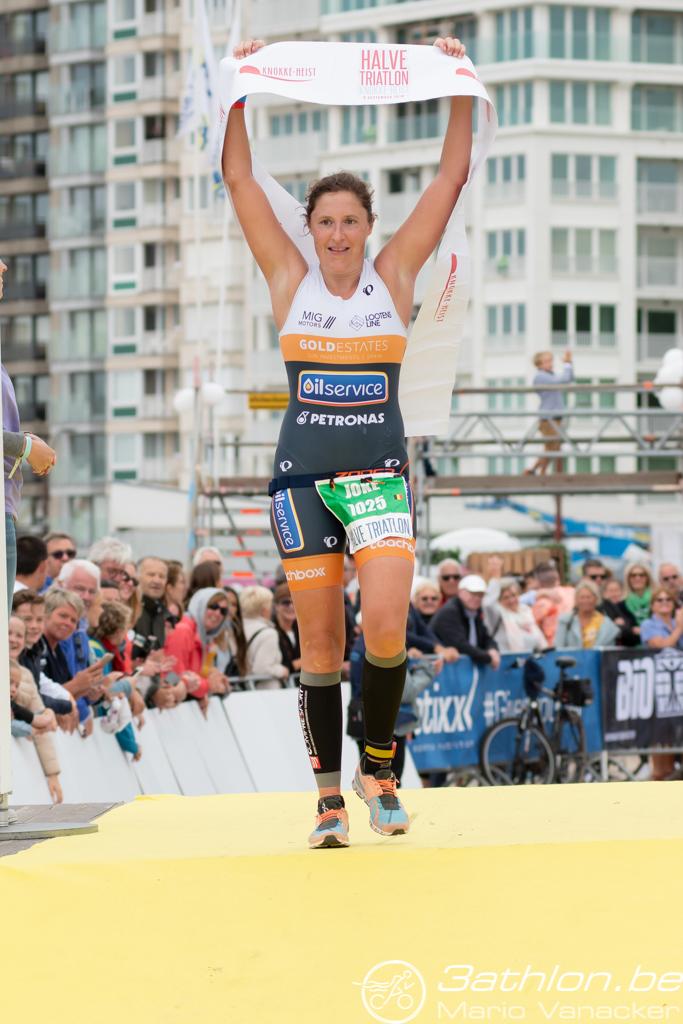 Joke Coysman winnares in de halve van Knokke-Heist (foto: 3athlon.be/Mario Vanacker)