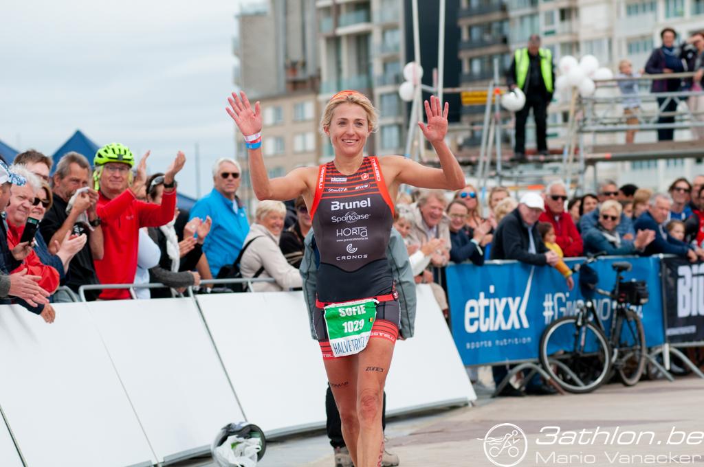 Sofie Goos viert haar laatste Belgische finish (foto: 3athlon.be/Mario Vanacker)