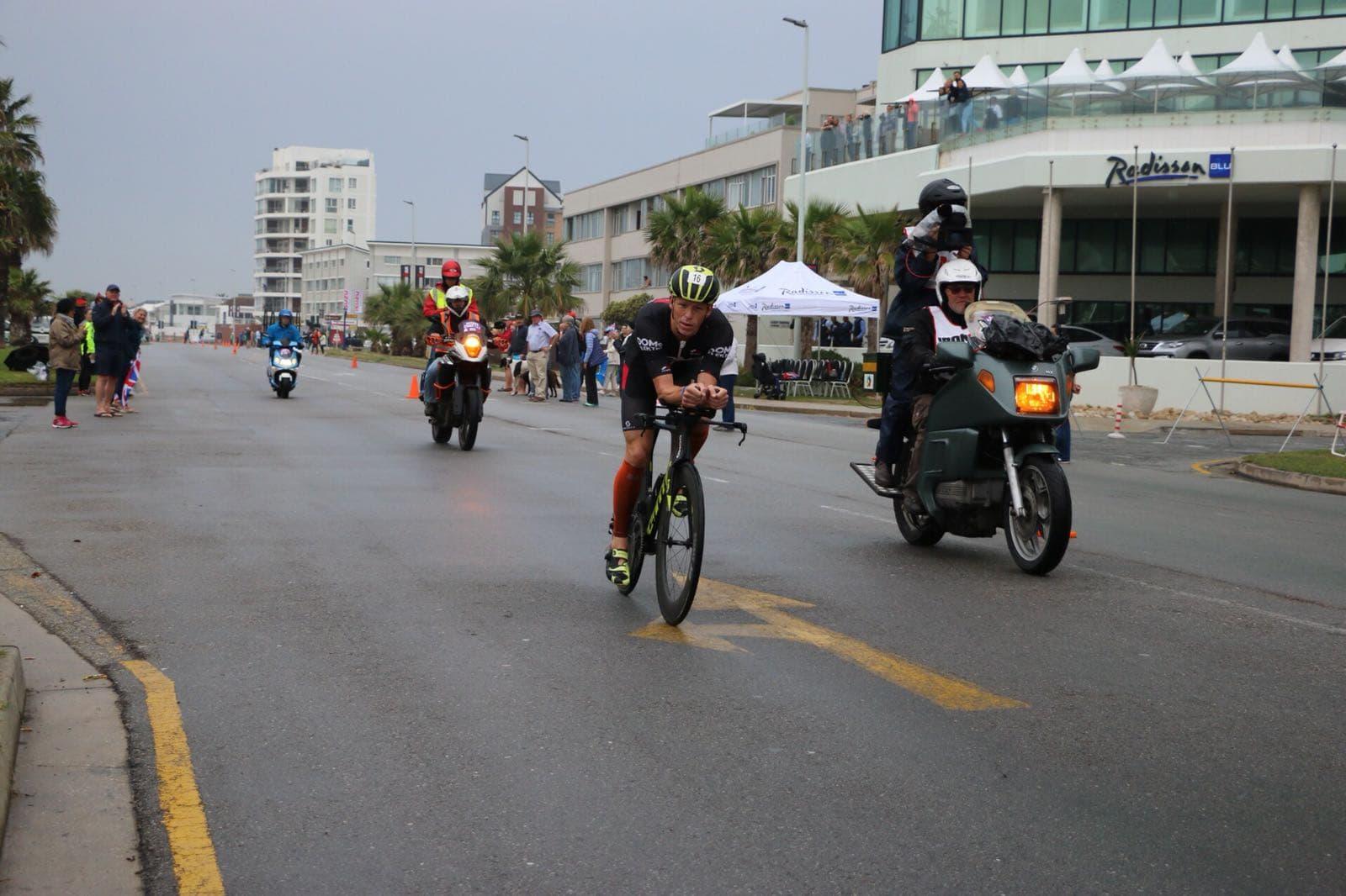 Pieter Heemeryck op de fiets in Zuid-Afrika (foto: Sander Heemeryck)