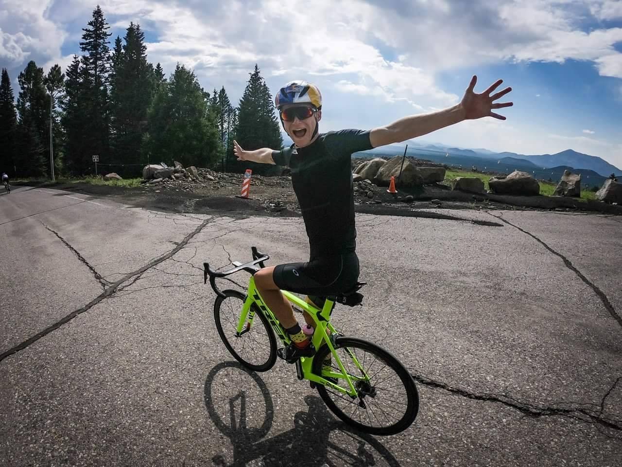 Marten Van Riel toont zijn fiets skills