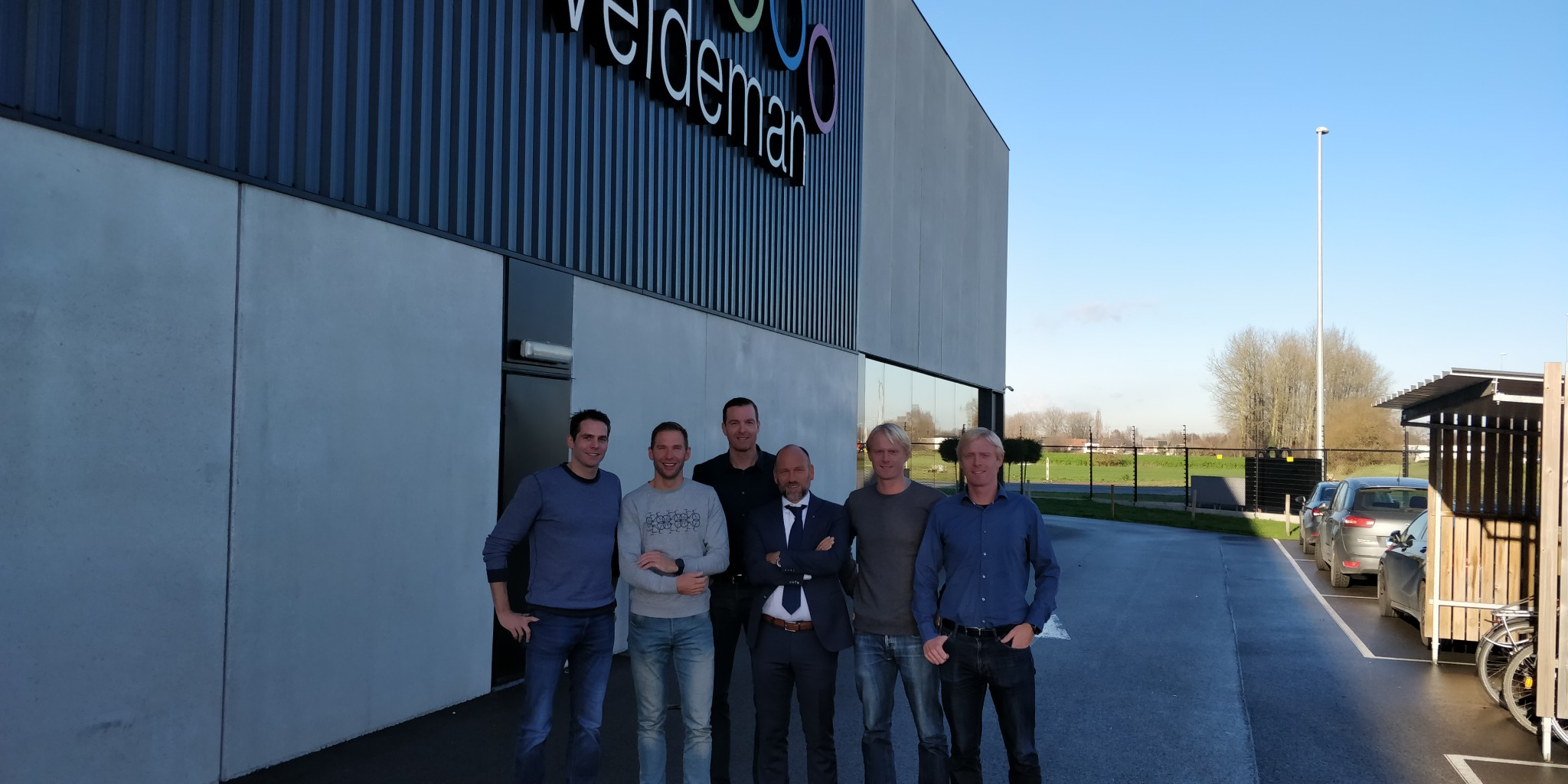 Bart Aernouts voor de gebouwen van Veldeman in Dendermonde (foto: 3athlon.be)