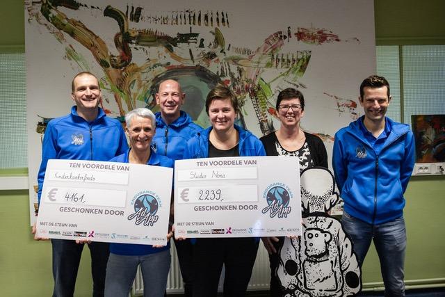Triatlonteam AdApp schenkt cheque aan goede doelen