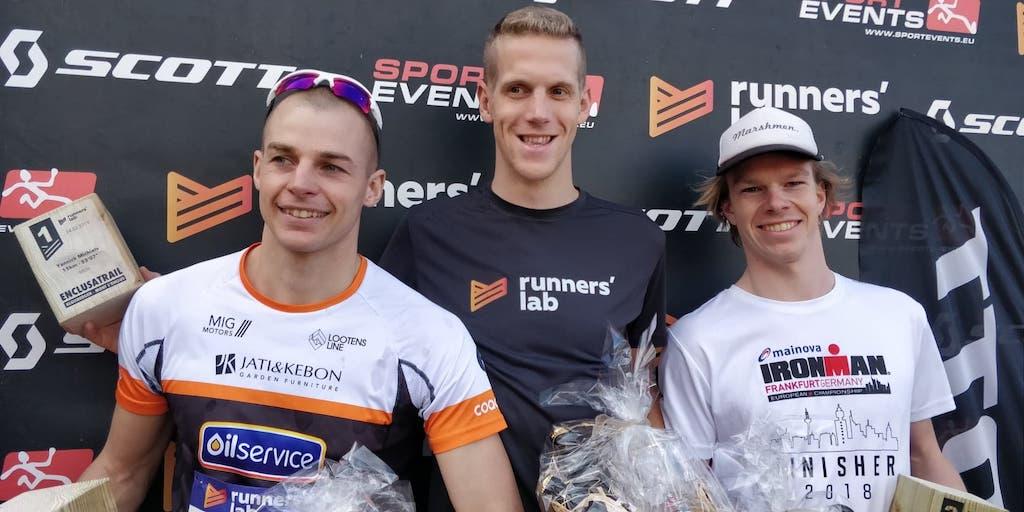 Triatleten Felix Bufkens en PJ Penne op podium van Enclusatrail