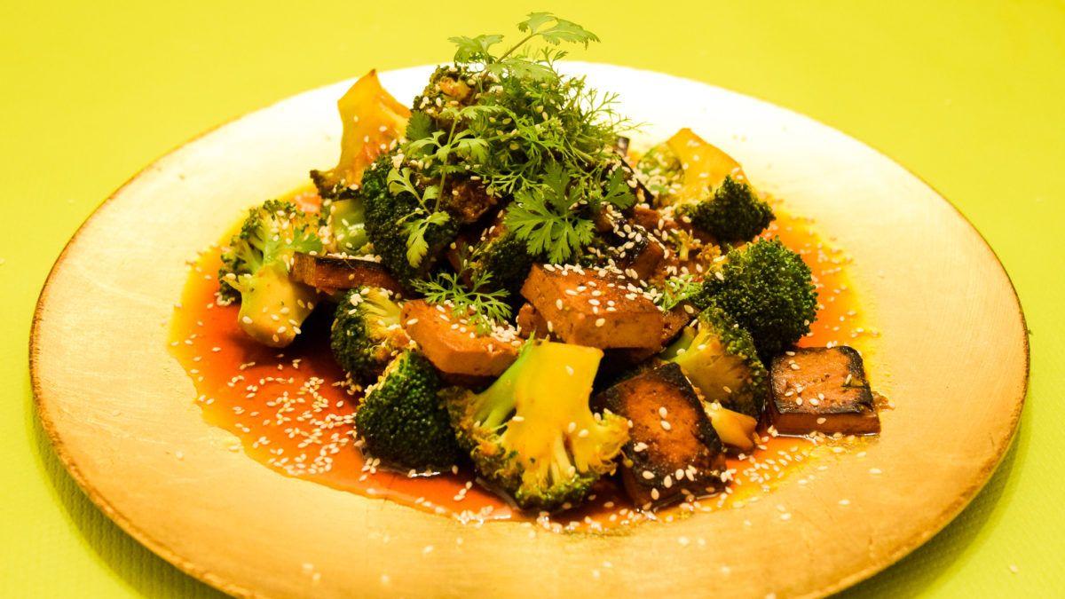 Zoete broccoli met tofu, sesam en koriander