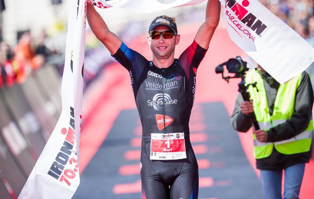 Bart Aernouts wint Ironman 70.3 Barcelona, Sara Van De Vel wordt tweede