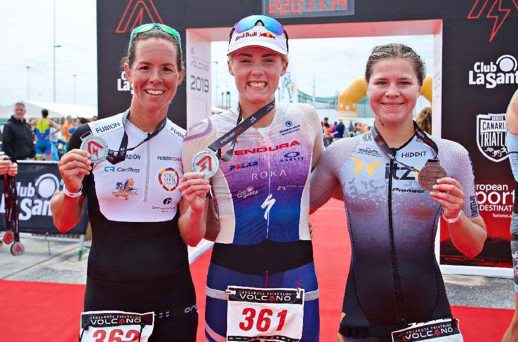 Amber Rombaut op podium van Volcano Triathlon in Lanzarote