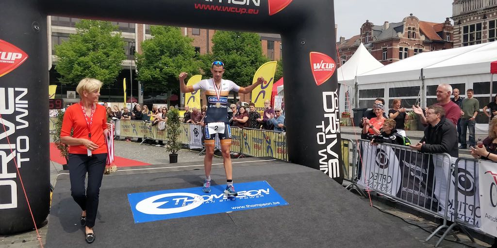 Tom Mets en debutante Ine Couckuyt winnen spannende halve triatlon Leuven