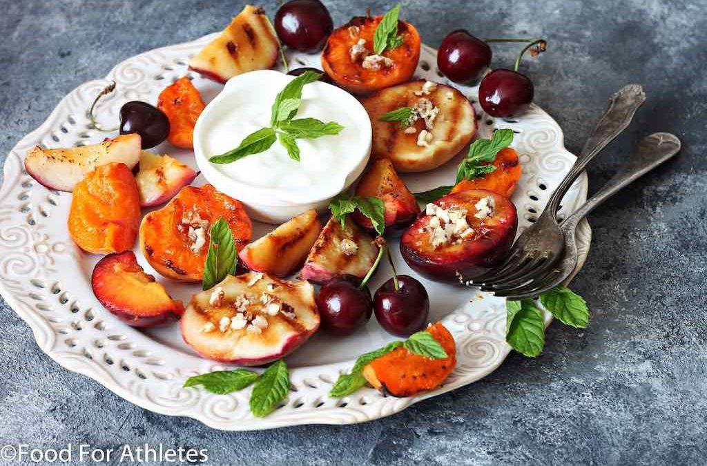 Om je maaltijd gezond af te sluiten: experimenteren met gegrild fruit op de BBQ
