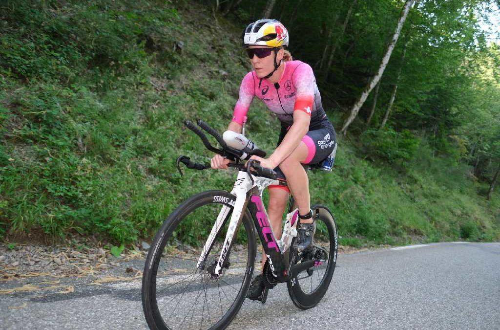 Unieke beelden: Daniela Ryf voorbij leider Romain Guillaume op Alpe d'Huez