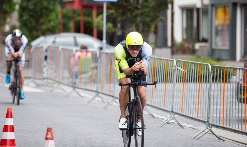 Nederlandse triatleet Brons verliest titel na penalty terwijl hij aan kop lag…