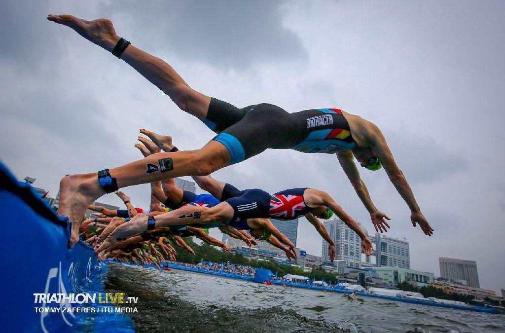 Herbeleef de pre-olympische triatlons in Tokio met video's van mannen en vrouwen
