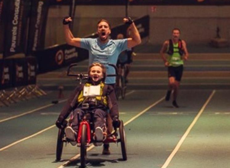 Triatleet breekt Belgisch record marathon… met rolstoel lopen
