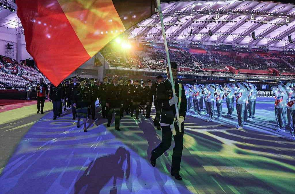 Triatleet vlaggendrager bij openingsceremonie Military Games in China