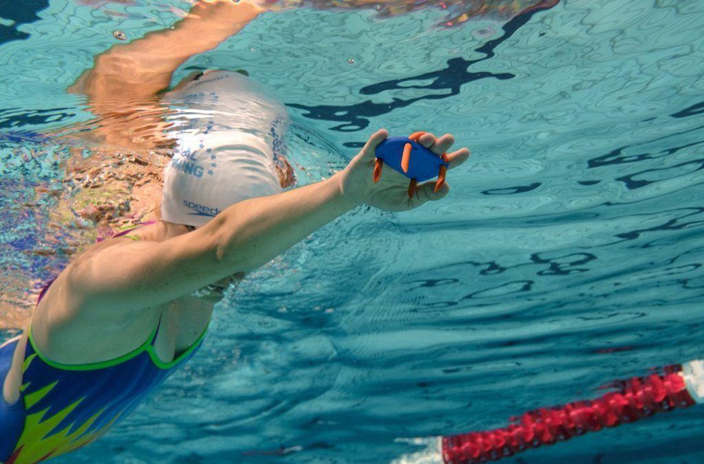 """Kracht meten bij zwemmen: """"Smartpaddles tonen wat je onder water niet kan zien"""""""