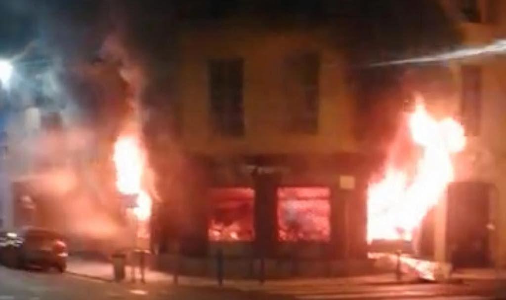 Iconische triatlon winkel gaat in vlammen op tijdens kerst nacht