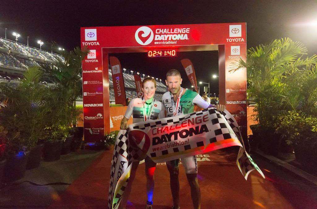 Lionel Sanders wint Daytona na spurt op race circuit, Paula Findlay klopt Lucy Charles