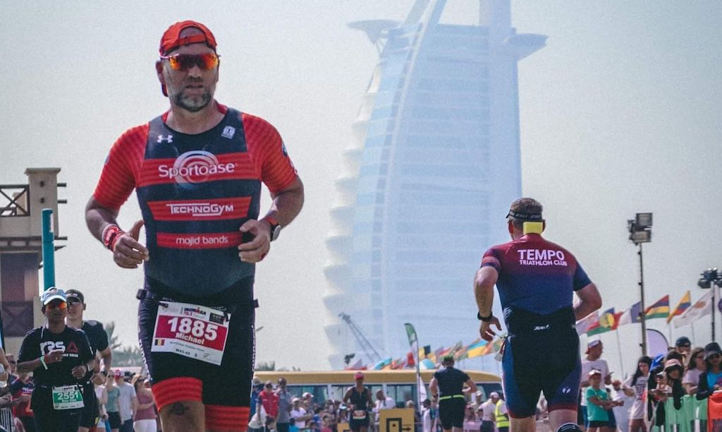 Opvallend: Zwintriatlon kampioene, voorzitter en topacteur aan finish in Dubai