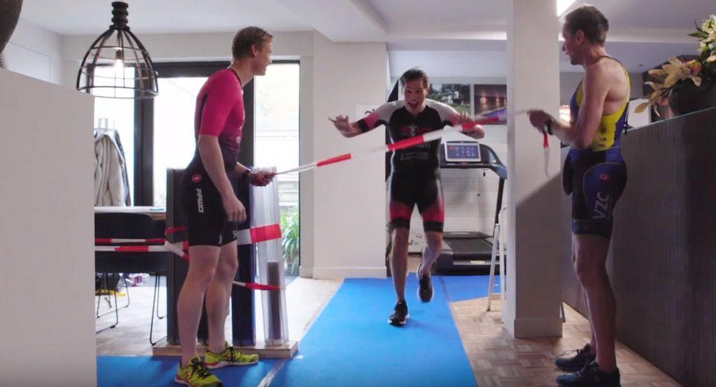 Levende legende Rob Barel in hilarisch NK indoor triatlon op 50 vierkante meter