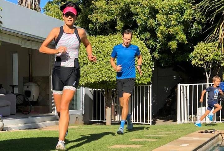 Zuid-Afrikaanse triatlete doet volledige triatlon… thuis in lockdown