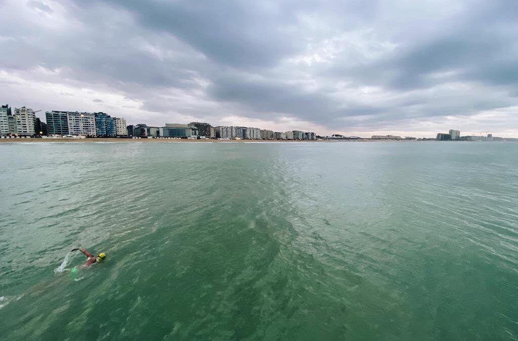 Swimming the Belgian coast: Matthieu Bonne moet door wind van 7 beaufort stoppen na 44 km