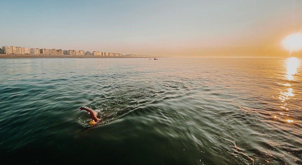 Tweede poging slaagt wel, Matthieu Bonne zwemt als eerste 65 km aan een stuk langs volledige Belgische kust