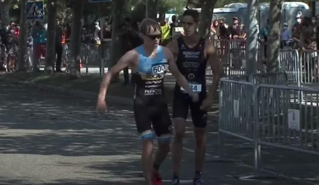 """Spaanse triatleet staat medaille af aan tegenstander die verkeerd loopt: """"Hij verdiende het"""""""