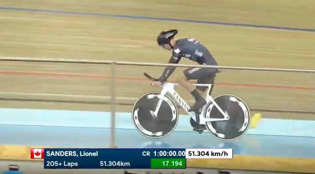Lionel Sanders verpulvert Canadese uurrecord en rijdt sneller dan Jens Voigt