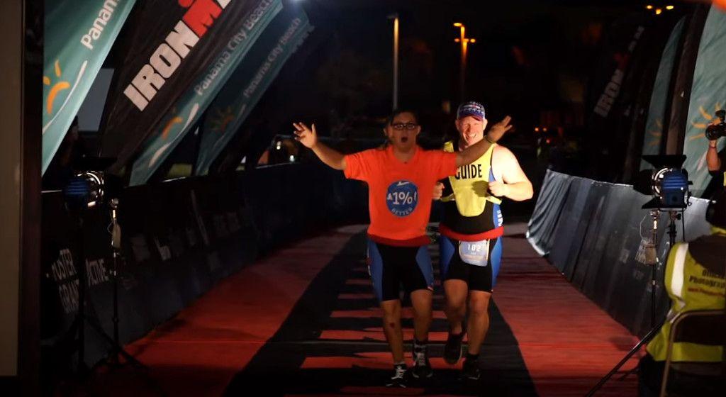 In beeld: De fantastische Ironman van Chris Nikic, triatleet met Down-Syndrome zonder grenzen