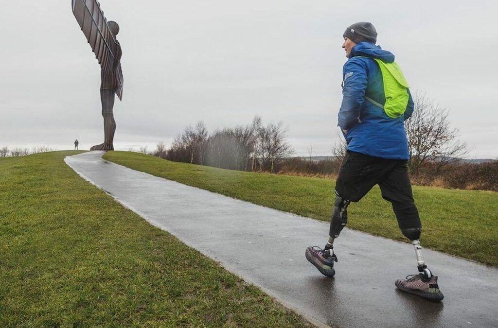Britse autocoureur die beide benen verloor in crash, doet speciale triatlon in 5 dagen