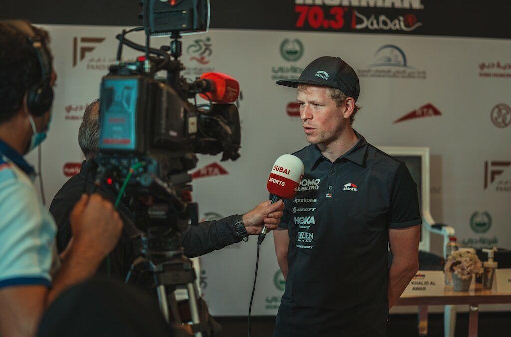 Triatleet Pieter Heemeryck voor de camera's in Dubai…