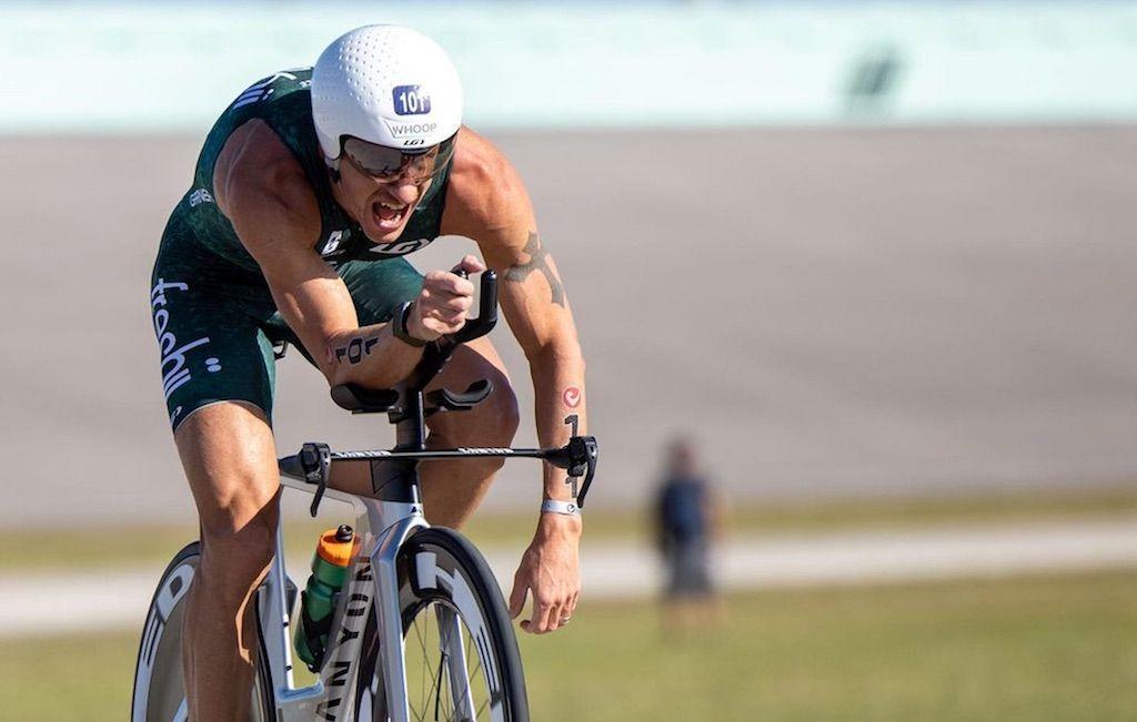 Werd Lionel Sanders door een bij gestoken in zijn fietsschoen bij Challenge Miami triatlon?
