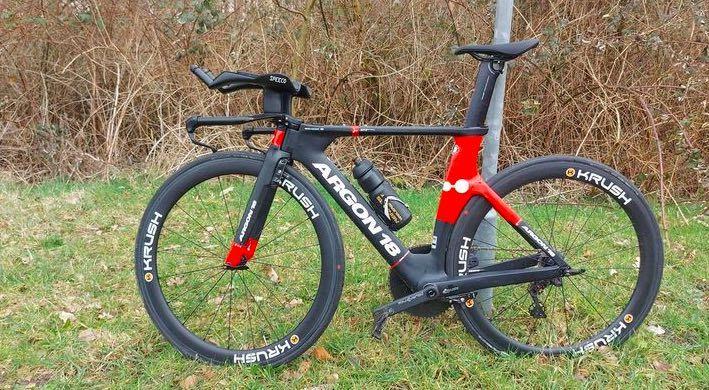 """Nederlandse triatleet gewelddadig van tijdritfiets beroofd tijdens trainingsrit: """"Ik verkeerde in shock…"""""""