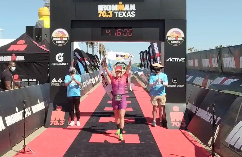 Skye Moench laat horror-crash achter zich met winst in 70.3 Ironman Texas