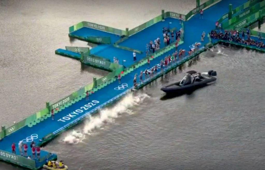 Opvallend: boot blijft voor ponton liggen en zorgt voor eerste valse start ooit in olympische triatlon
