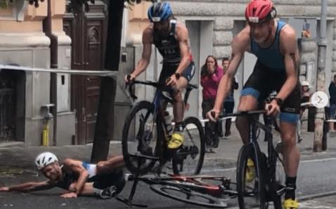 Europese kampioen duatlon met scherpe reflexen ontwijkt valpartij op spectaculaire wijze