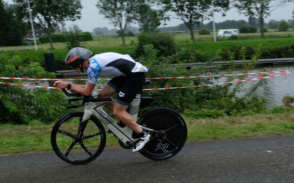 Topfavorieten Verstuyft en De Keyser trotseren wind in 1/3de triatlon van Viersel